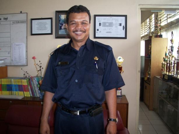 Pak Daliman di ruang Kepala Sekolah SDLB Santi Rama