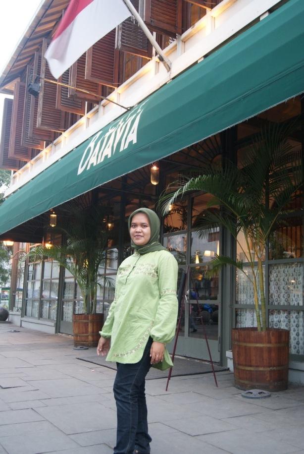 Di depan Kafe Batavia