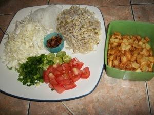 Sayuran pelengkap soto disajikan terpisah