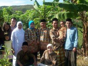 Apa dan Keluarga di Makam Emak