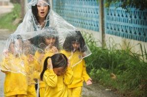 Hung Mengantarkan Anak didiknya ke toilet desa saat hujan deras