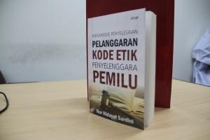 Cover Buku Pelanggaran Kode Etik Penyelenggara Pemilu